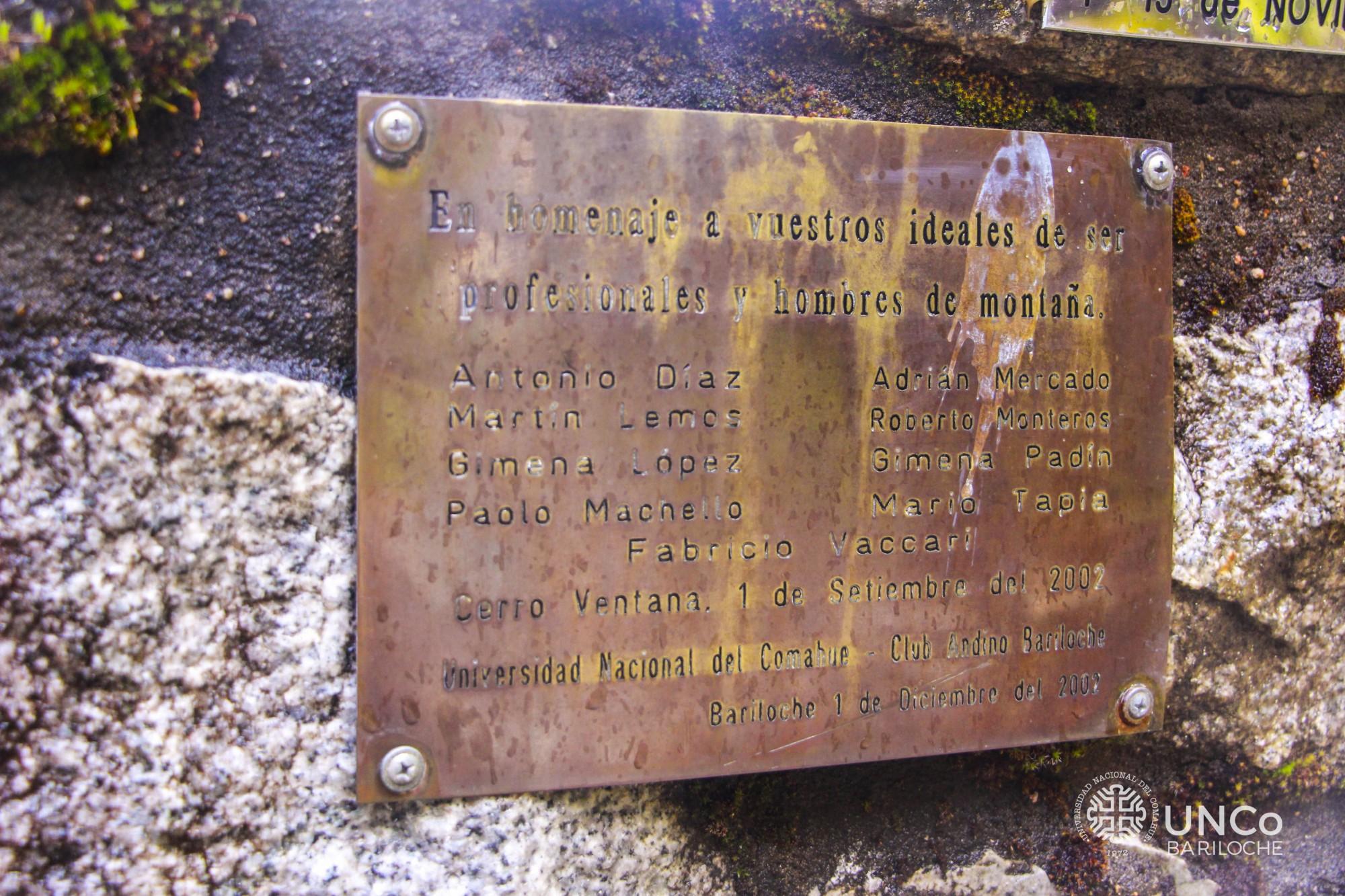 Placa en el Cemeterio del Montañés