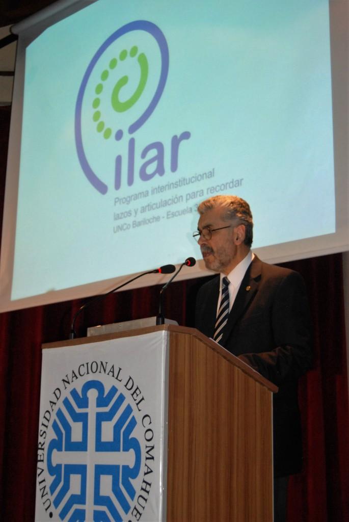 El decano Víctor Baez presentando el Proyecto P.I.L.A.R.