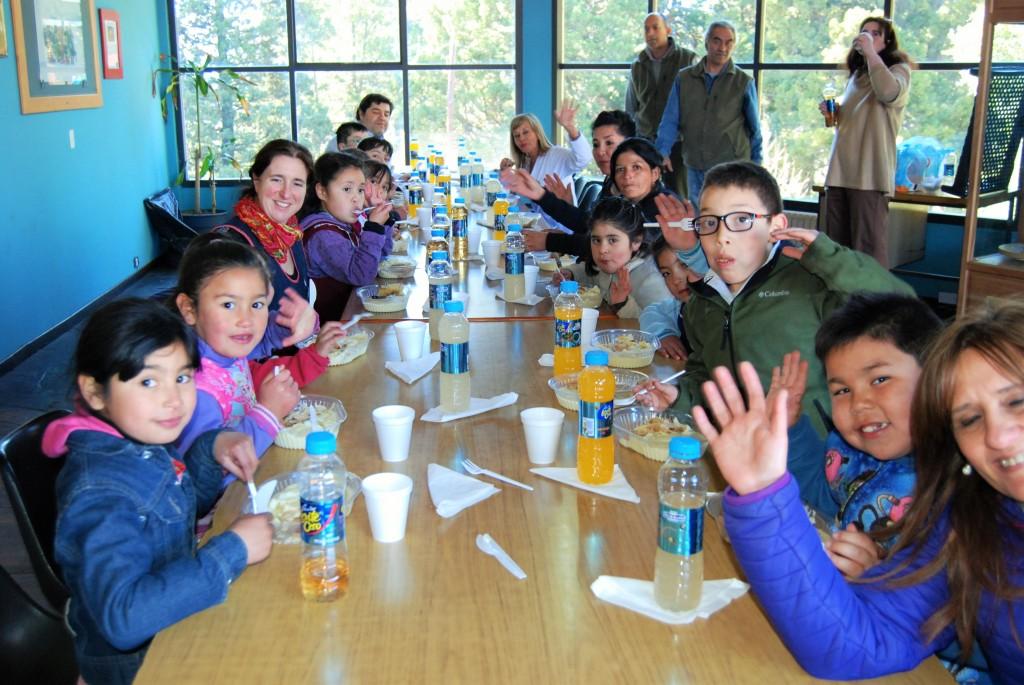Los chicos de la escuela Nº 329 almorzando luego del acto
