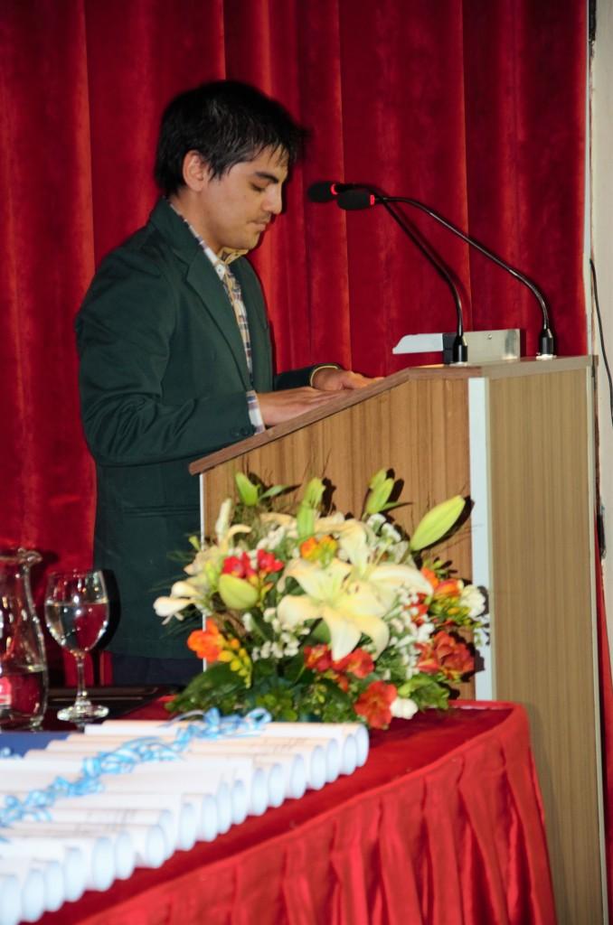 Licenciado en Educación Física, Jonatan Marín, mientras leía el discurso de los graduados.