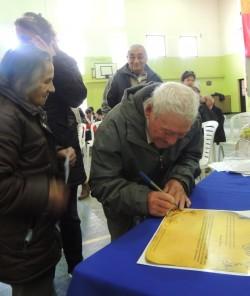 Los Perez firmando el diploma