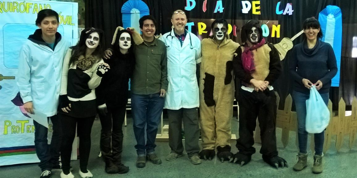 Voluntarios UNCo realizan obra de teatro para el cuidado de perros en la Escuela 315 del barrio Nuestras Malvinas