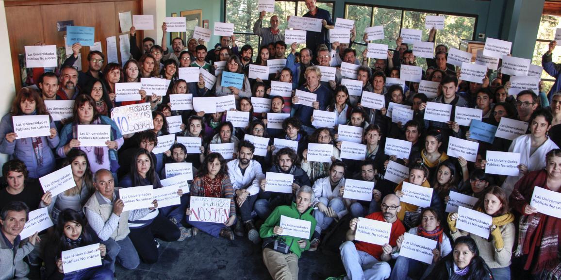 Foto colectiva contra los dichos de Vidal en la UNCo Bariloche