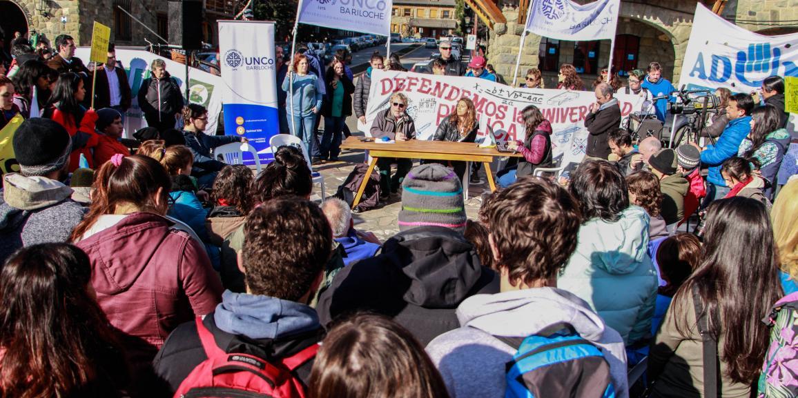 La UNCo Bariloche se expresó en el Centro Cívico en defensa de la Universidad Pública