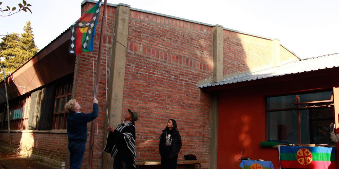 En el marco del We-Tripantu (nueva vuelta del sol) se realizó el izamiento Wenufoye en la UNCo Bariloche