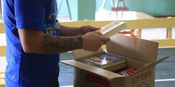 La UNCo Bariloche entregó libros en la Casa de Pre-egreso del Penal Nº3